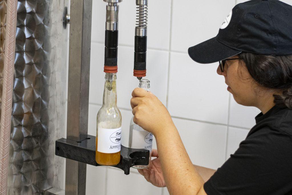 Färdig must hälls upp på flaskor